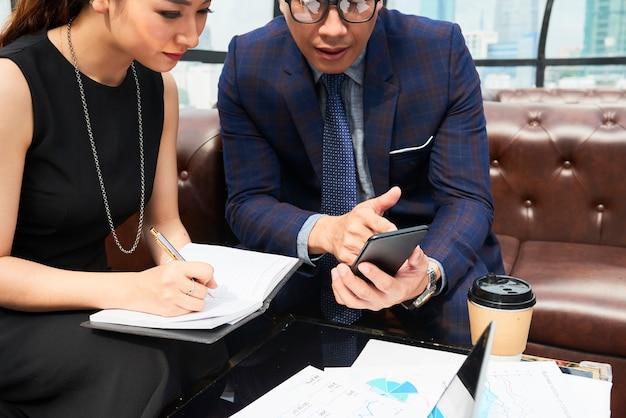 Geschäftspaar planung arbeiten zusammen