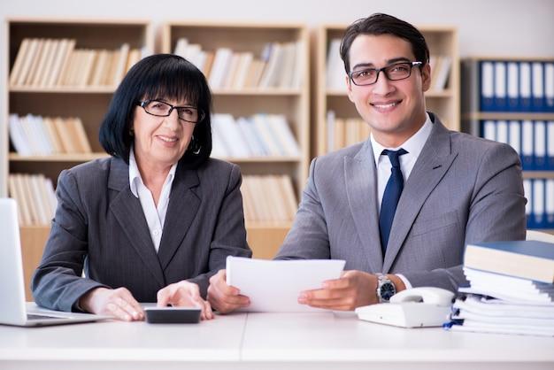 Geschäftspaare, die diskussion im büro haben