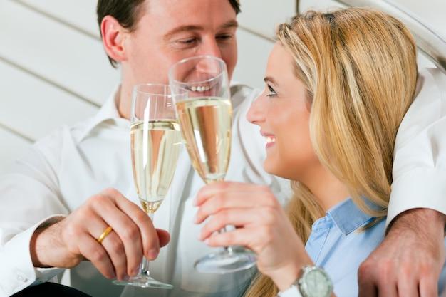 Geschäftspaare zu hause mit champagner