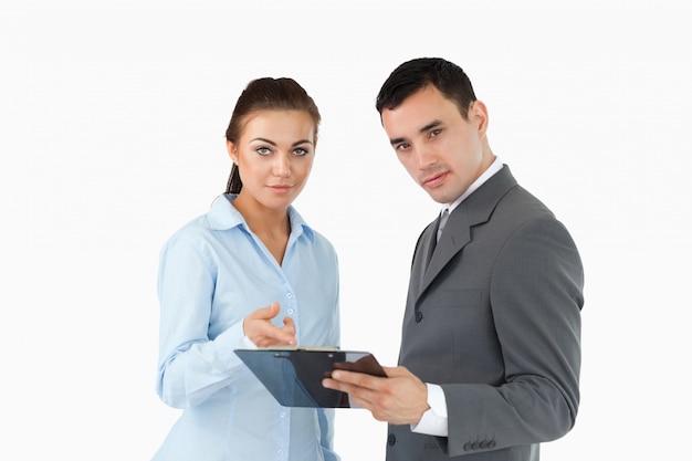 Geschäftspartner analysieren daten in zwischenablage