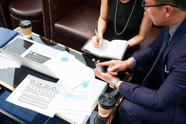 Geschäftspartner arbeiten über geschäftsplan