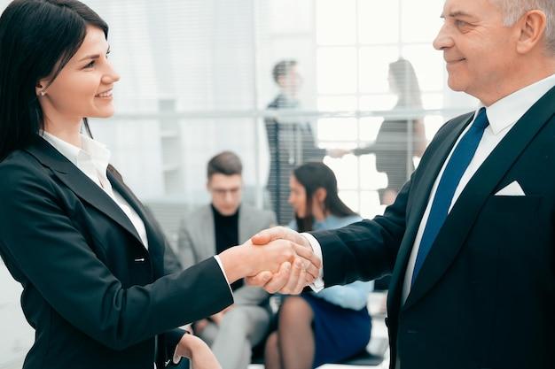 Geschäftspartner begrüßen sich mit einem handschlag. konzept der zusammenarbeit