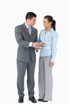 Geschäftspartner, der daten gegen einen weißen hintergrund analysiert