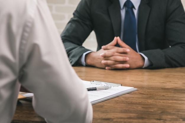 Geschäftspartner, der eine vertragsvereinbarung macht