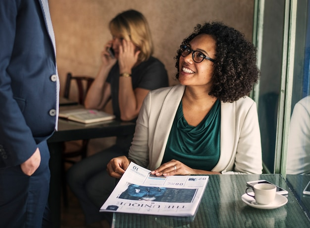 Geschäftspartner, die an einem café sich treffen