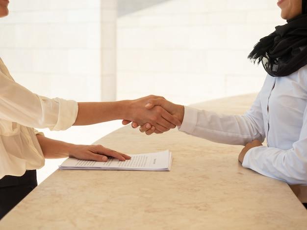 Geschäftspartner, die den vertrag schließen
