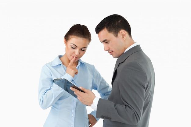 Geschäftspartner, die dokument auf der klemmbrett analysieren