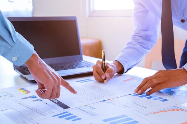 Geschäftspartner, die dokumente und ideen diskutieren.