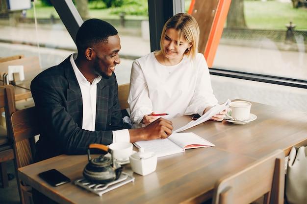 Geschäftspartner, die in einem café sitzen