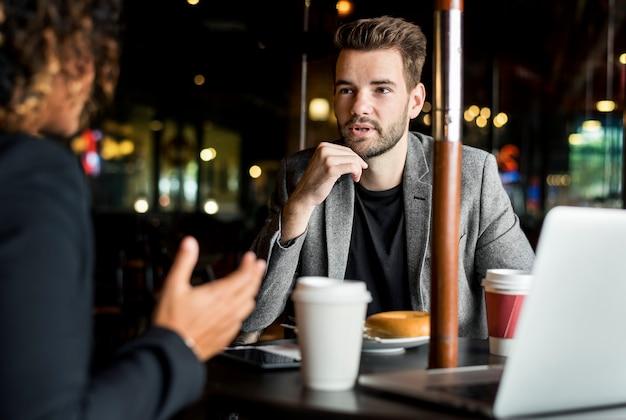 Geschäftspartner, die in einem café zusammenarbeiten
