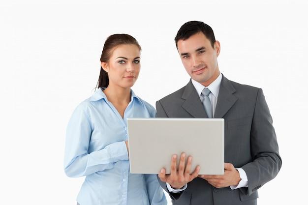 Geschäftspartner, die laptop betrachten