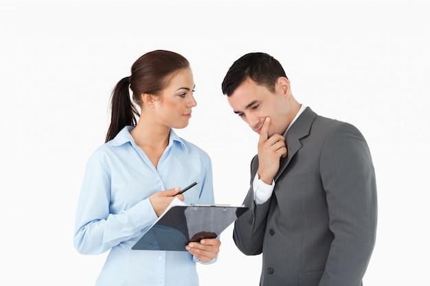Geschäftspartner, die über daten sprechen