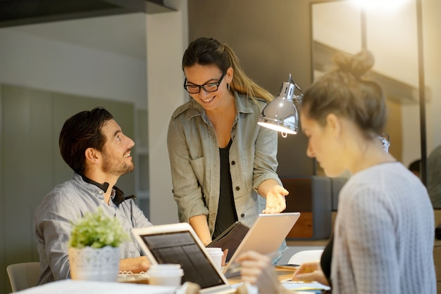 Geschäftspartner, die über projekt in co-arbeitsraum hinausgehen