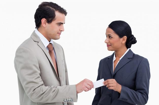 Geschäftspartner, die visitenkarten austauschen