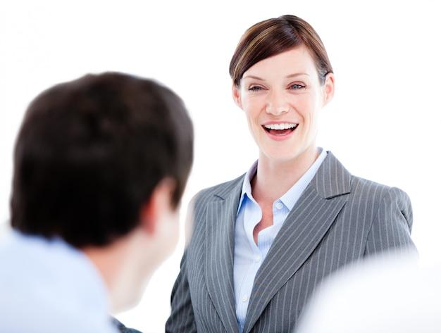 Geschäftspartner, die zusammen in einem büro sprechen