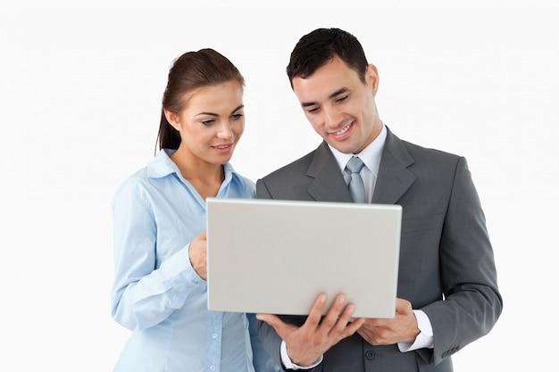 Geschäftspartner, die zusammen laptop betrachten