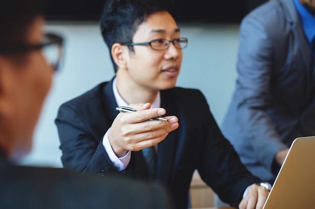Geschäftspartner diskutieren dokumente und ideen beim treffen. im team arbeiten