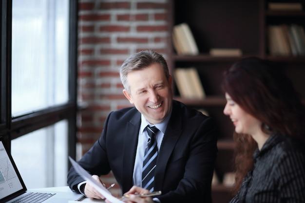 Geschäftspartner diskutieren finanziellen gewinn.