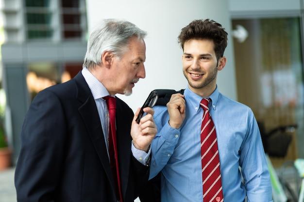 Geschäftspartner diskutieren gemeinsam im freien