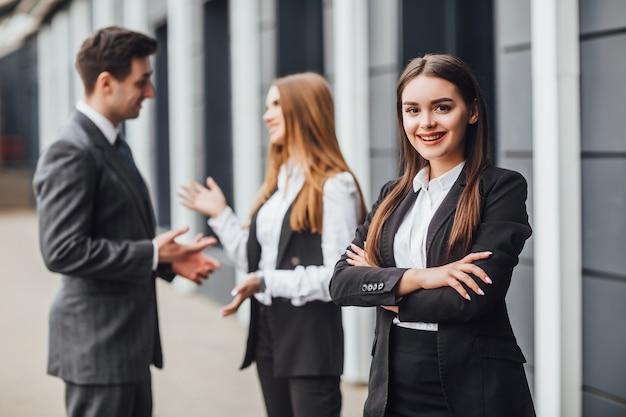 Geschäftspartner diskutieren ideen beim treffen