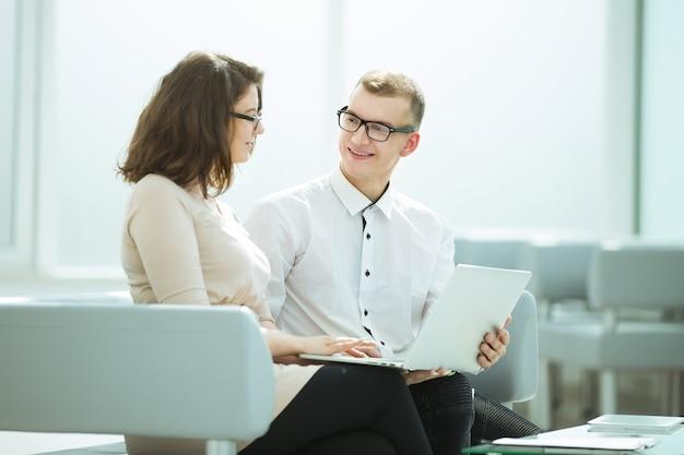 Geschäftspartner diskutieren ideen für ein gemeinsames geschäftsprojekt