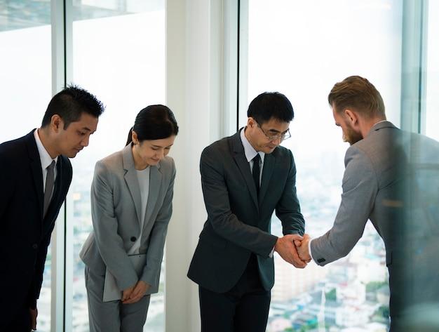 Geschäftspartner-einleitender händedruck-bogen