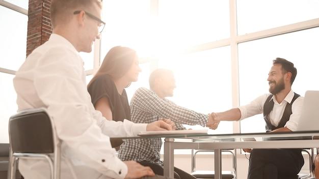 Geschäftspartner geben sich während eines arbeitstreffens die hand. das konzept der zusammenarbeit