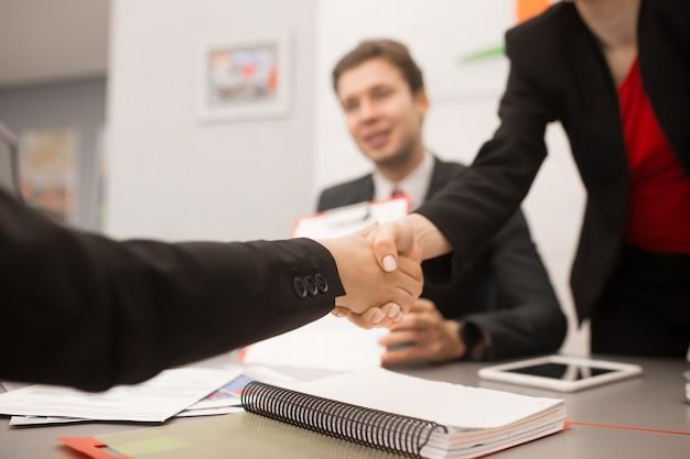 Geschäftspartner händeschütteln nahaufnahme