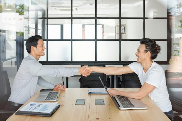 Geschäftspartner händeschütteln