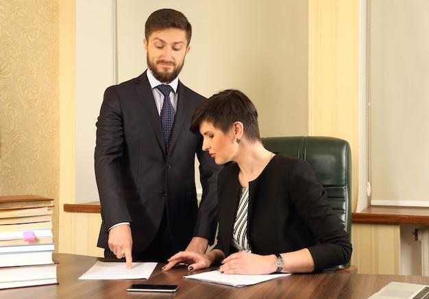 Geschäftspartner im büro, um die dokumente zu besprechen