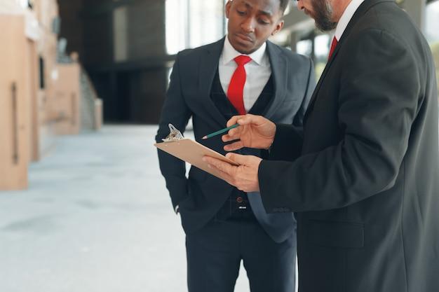 Geschäftspartner in einem modernen büro