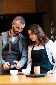 Geschäftspartner lernen, wie man kaffee macht