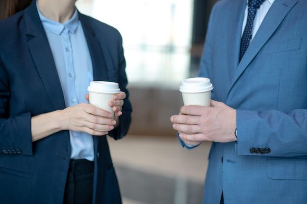 Geschäftspartner mit kaffee im büro