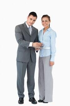 Geschäftspartner mit klemmbrett gegen einen weißen hintergrund
