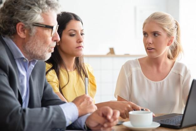 Geschäftspartner nutzen laptop und diskutieren projekt