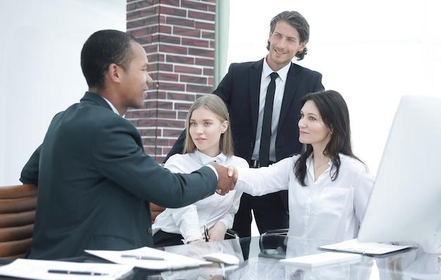 Geschäftspartner shake hands on meetinig im geschäftskonzept eines modernen bürogebäudes