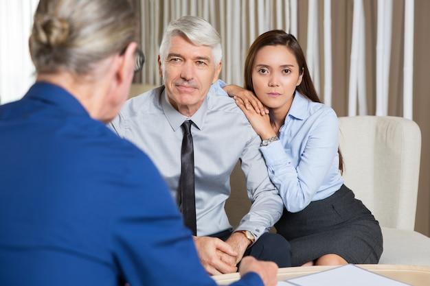 Geschäftspartner und tochter sprechen am tisch