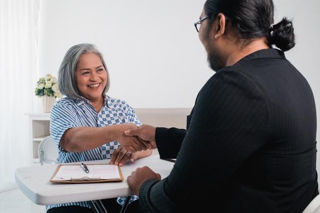 Geschäftspartner unterhalten sich und machen einen deal