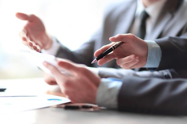 Geschäftspartner zur analyse von finanzdaten. menschen und technologie