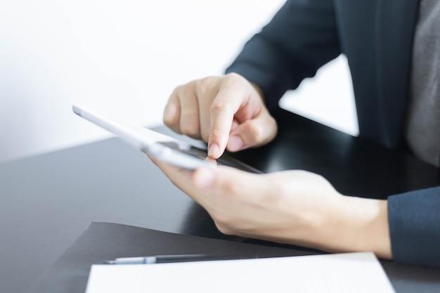 Geschäftspartnerkonzept ein junger geschäftsmann, der eine gewinnzusammenfassung des letzten monats erstellt, die in dokumentformularen angezeigt wird.