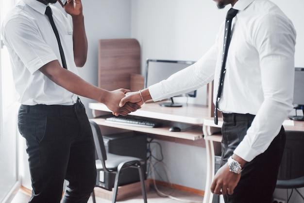 Geschäftspartnerschaftskonzept. handshake-prozess für zwei geschäftsleute. erfolgreicher deal nach einem tollen treffen