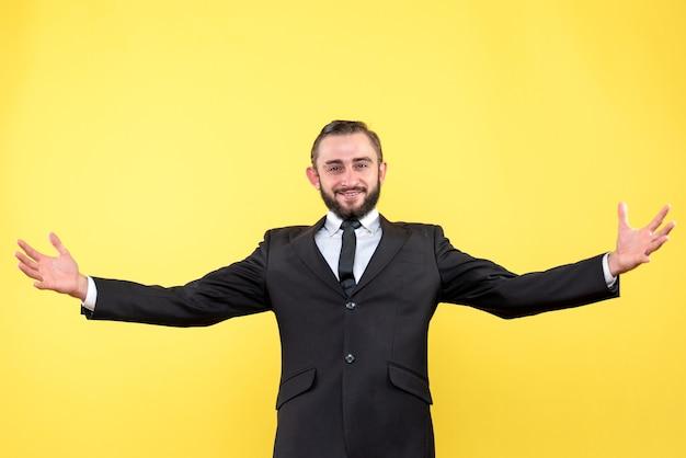 Geschäftsperson, die mit zufriedenem gesichtsausdruck begrüßt