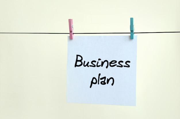 Geschäftsplan. hinweis ist auf einem weißen aufkleber geschrieben, der hängt