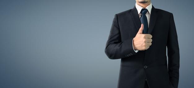 Geschäftsporträt des gutaussehenden mannes im schwarzen anzug zeigt ok