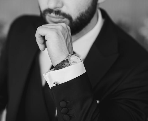 Geschäftsporträt eines mannes im anzug mit einer luxusuhr