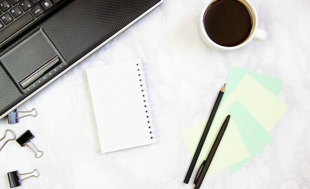 Geschäftsrahmen mit laptop auf einem marmorhintergrund.