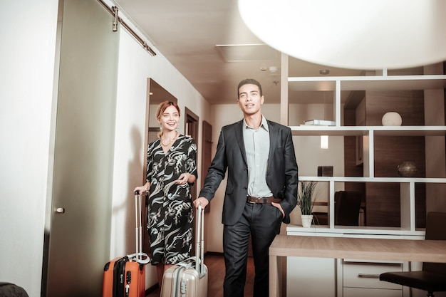 Geschäftsreise. ein paar reiche geschäftsleute, die auf geschäftsreise in ihr hotelzimmer kommen
