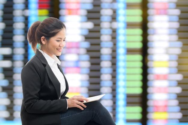 Geschäftsreisender, der mit flughafenhintergrund wartet