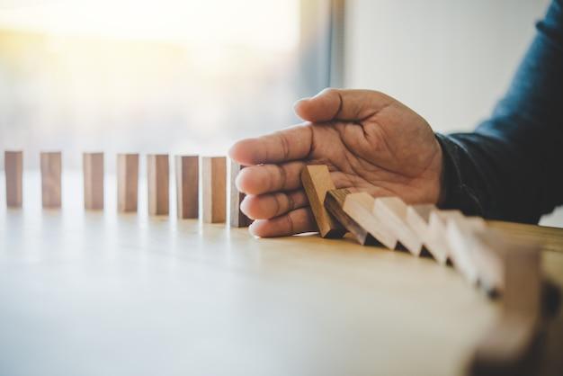 Geschäftsrisiken im geschäft. erfordert planung meditation muss vorsichtig sein, um das risiko im geschäft zu reduzieren. als das spiel zu einem holzblock vom turm zog