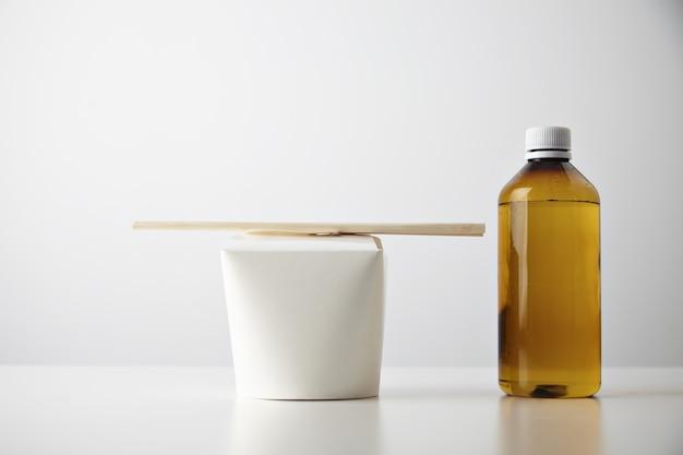 Geschäftsset für die präsentation zum mitnehmen im einzelhandel: transparente braune plastikflasche mit getränk